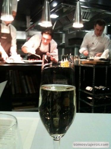 foto cocineros trabajando en restaurante Caelis