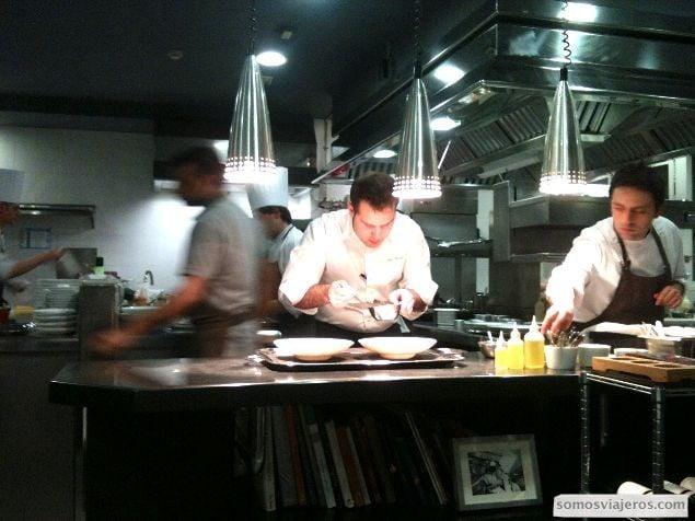 preparando un plato con detenimiento en el restaurante Caelis de Barcelona