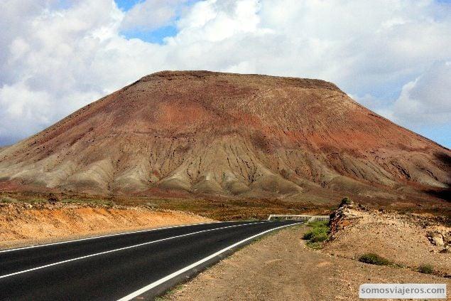 Carretera por el norte de fuerteventura. paisajes volcánicos