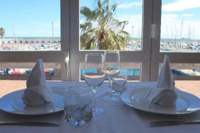 mesa en restaurante Mesón del Mar en Tarragona
