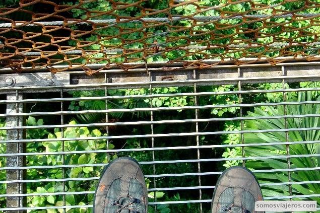 Vista de mis zapatos en la altura de un puente colgante