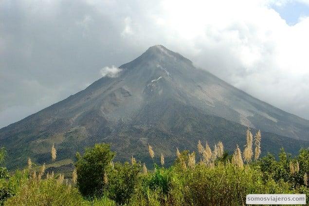 vista del volcan arenal en costa rica desde la distancia
