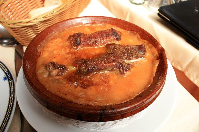 comiendo el típido cassoulet en Carcassonne