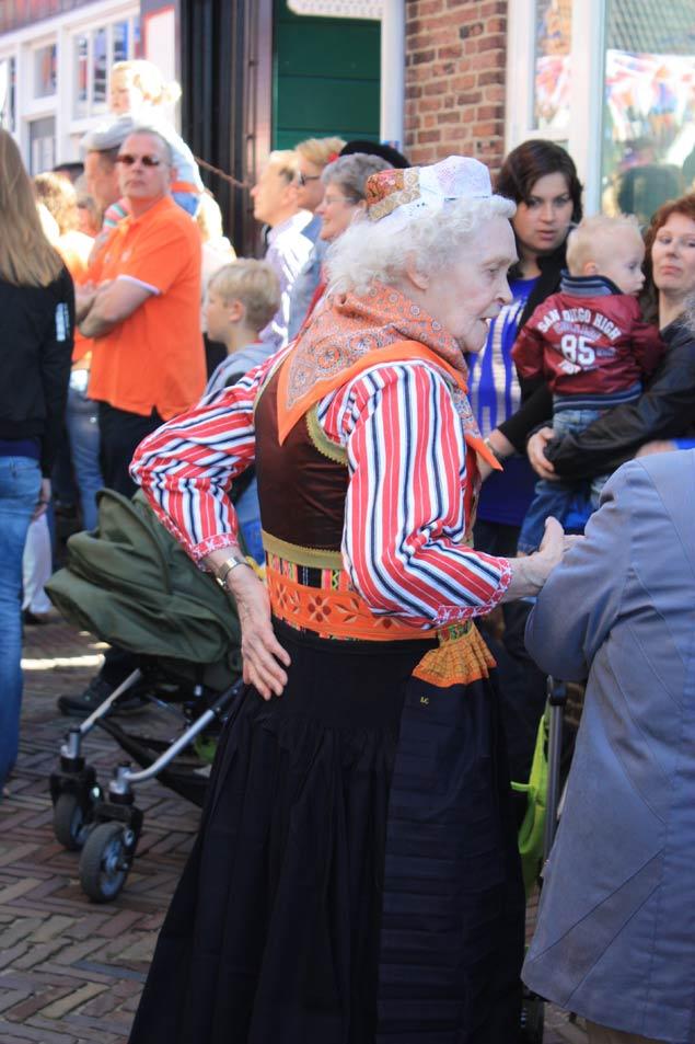 dia-de-la-reina-en-holanda-traje-tipico-mujer-mayor