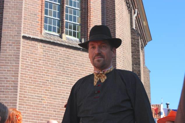 dia-de-la-reina-en-marken-hombre-con-sombrero