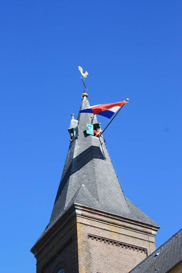 dia-de-la-reina-en-marken-torre-con-bandera