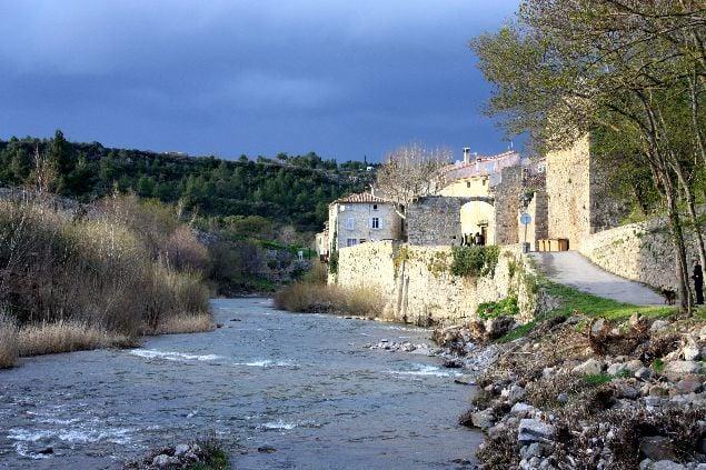 Bonita ciudad de Lagrasse vista desde el rio