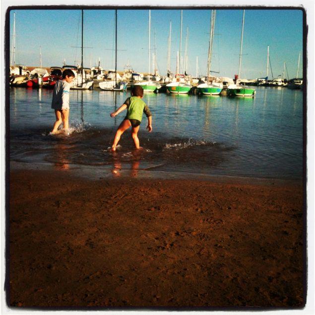 pau y david jugando en la playa de roses