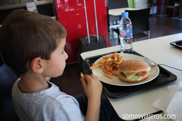 David comiendo en Melon District