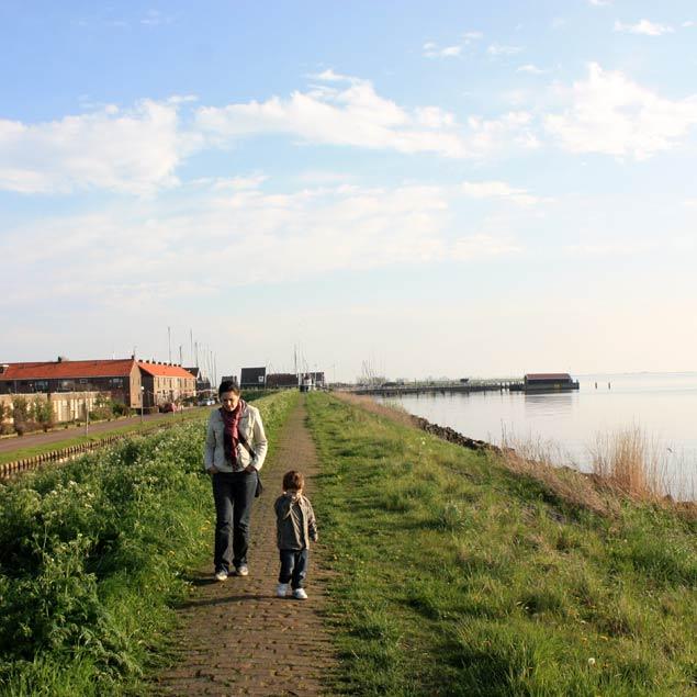 María y Pau paseando por Marken