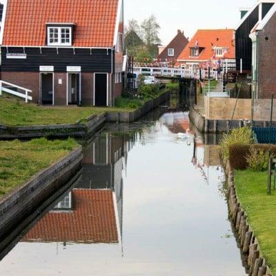 Calle en con canales de agua en Marken