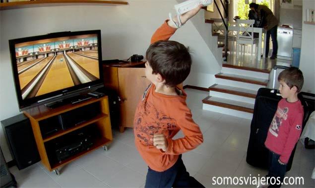Pau y David jugando a la videoconsola