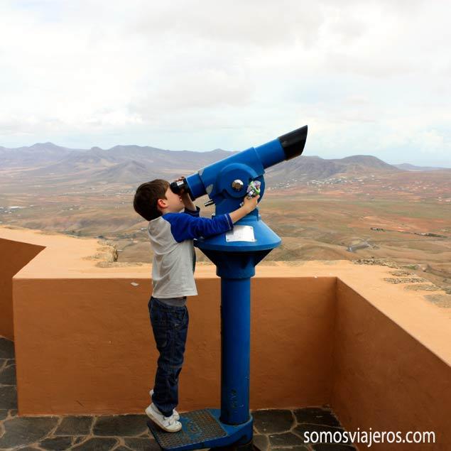 Pau mirando hacia el cielo con el telescopio