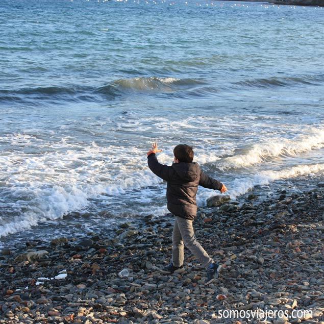 Foto de Pau lanzando piedras en Colliure