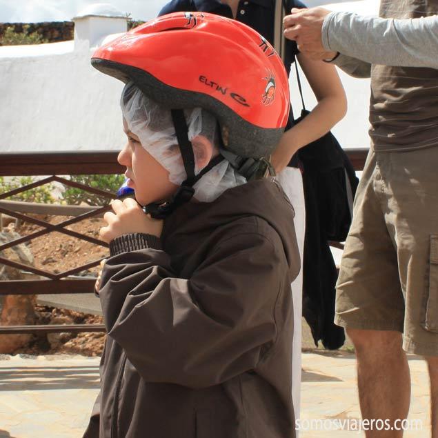 Niño con casco (Pau) preparadado para explorar una cueva en Fuerteventura