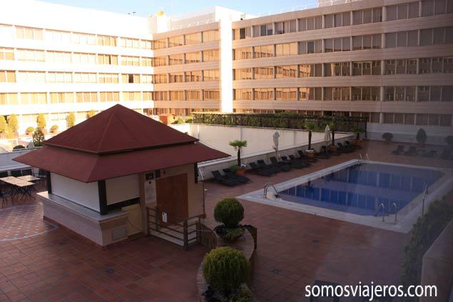 Zona piscina en Novotel Campo de las Naciones