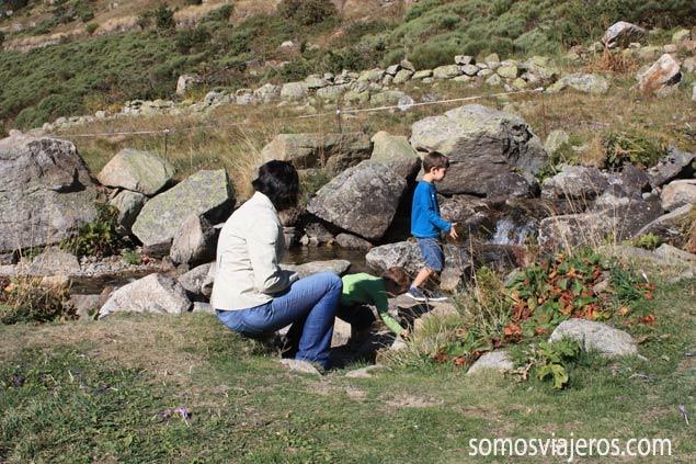 los niños y su atracción por el agua