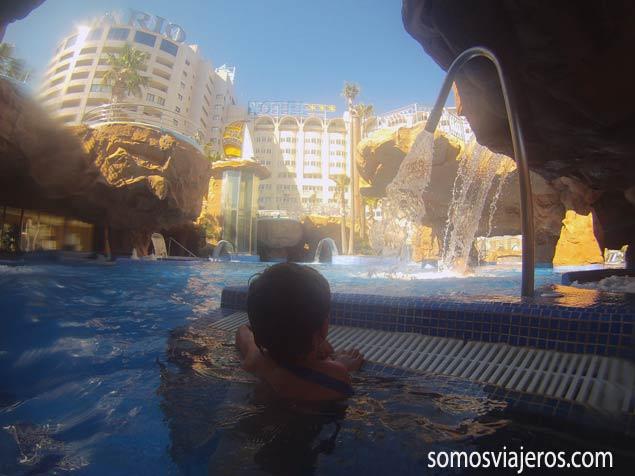 Balneario exterior Marina d'Or. Pau mirando el agua