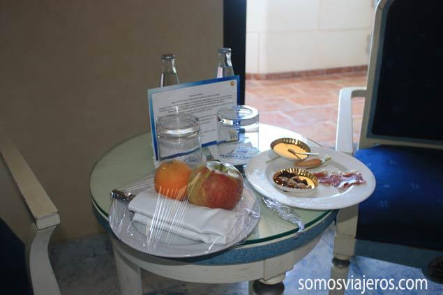 refrigerio de bienvenida en la habitación del hotel de marina d'or