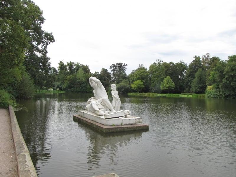 Una de las más de 100 estatuas ubicadas en el jardin