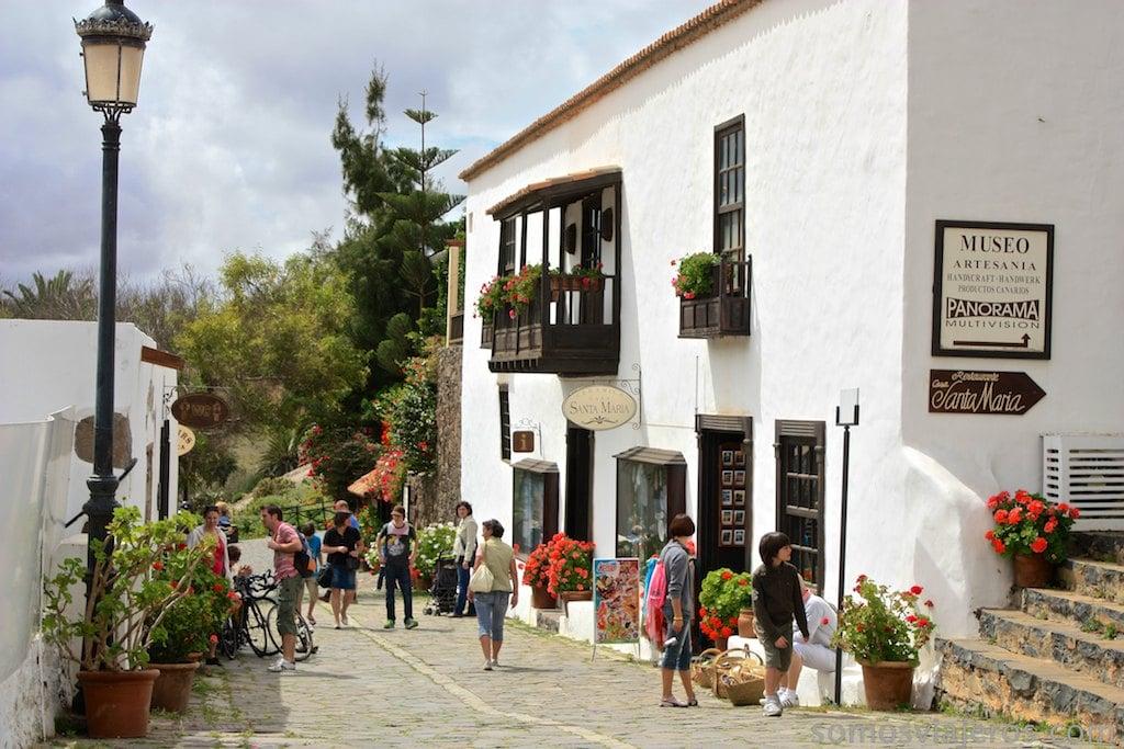 Calle de comercio y flores en Betancuria