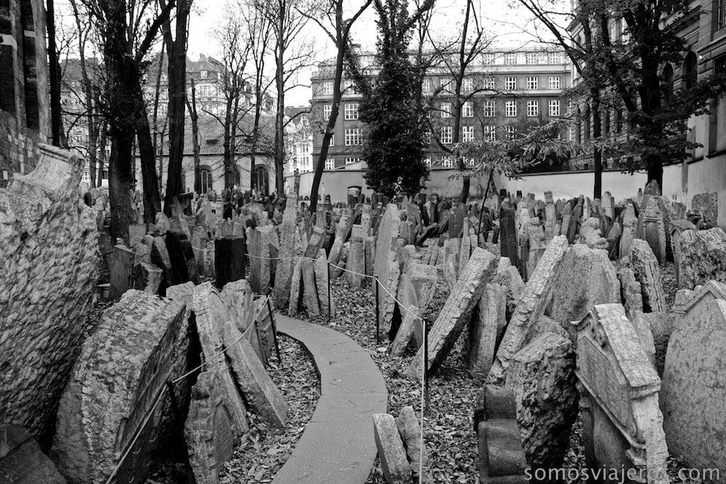 caminos entre lápidas en cementerio judio de Praga