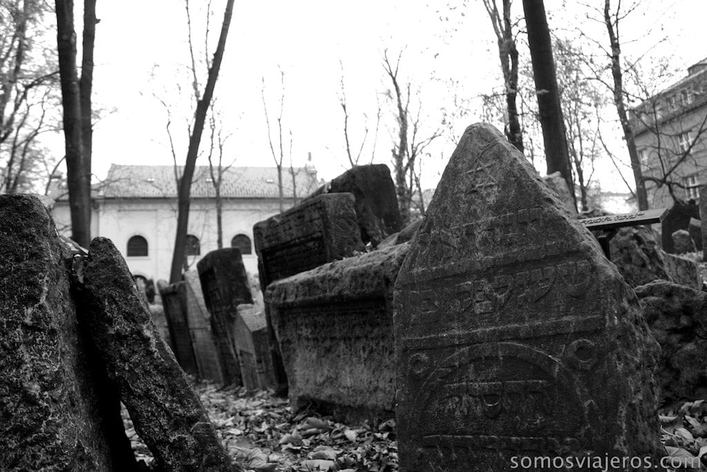 lápidas en cementerio judio de Praga
