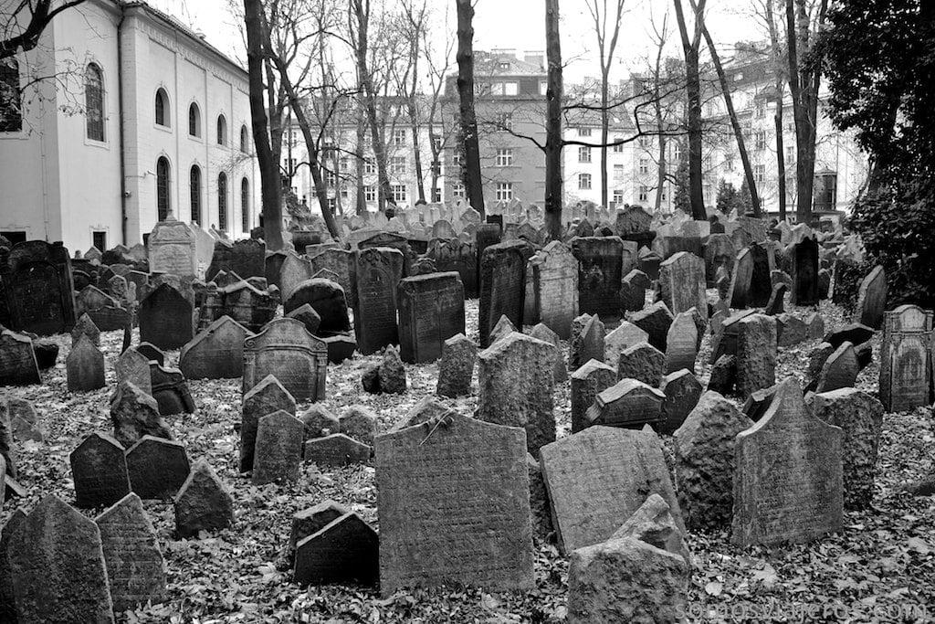 mar de lápidas en cementerio judio de Praga