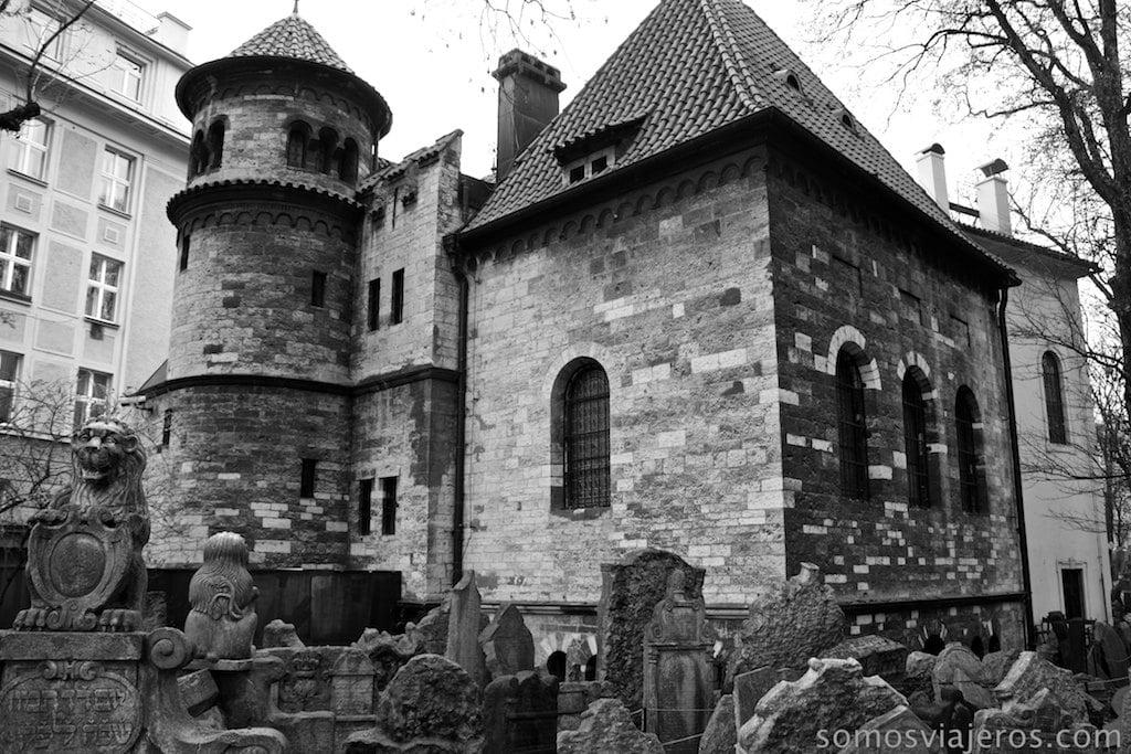 vista pequeña sinagoga en cementerio judío de praga