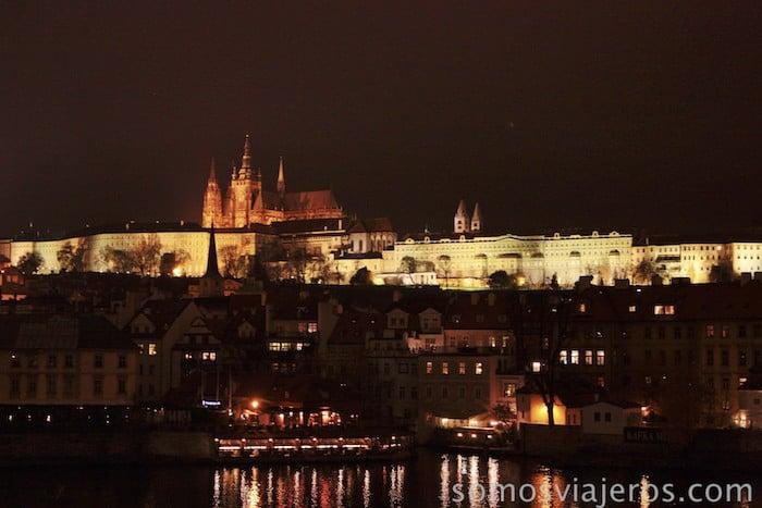 castillo de praga desde el puente de Carlos de noche