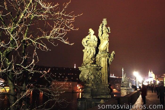 Estatuas en puente de carlos durante la noche