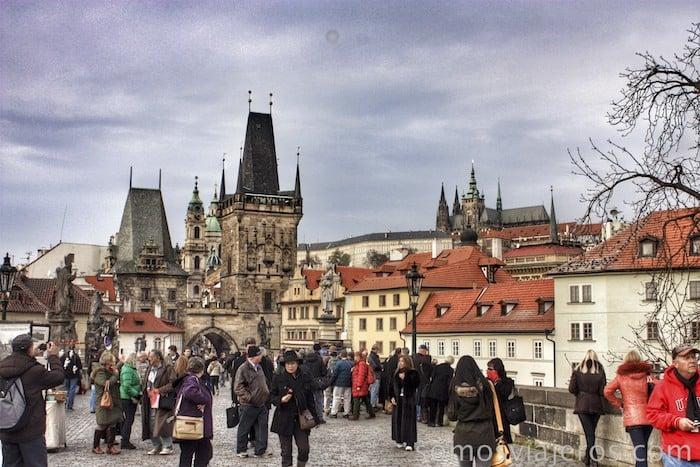 Avanzando en el puente de Carlos en Praga