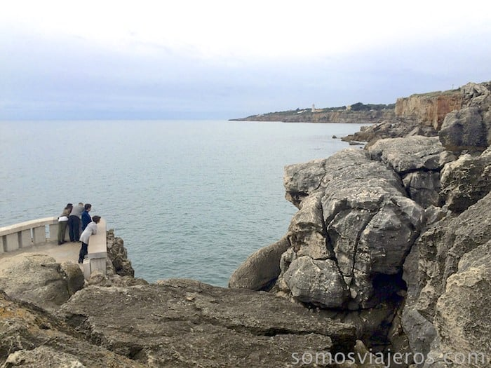 Costa de Estoril. Gente observado la boca do inferno
