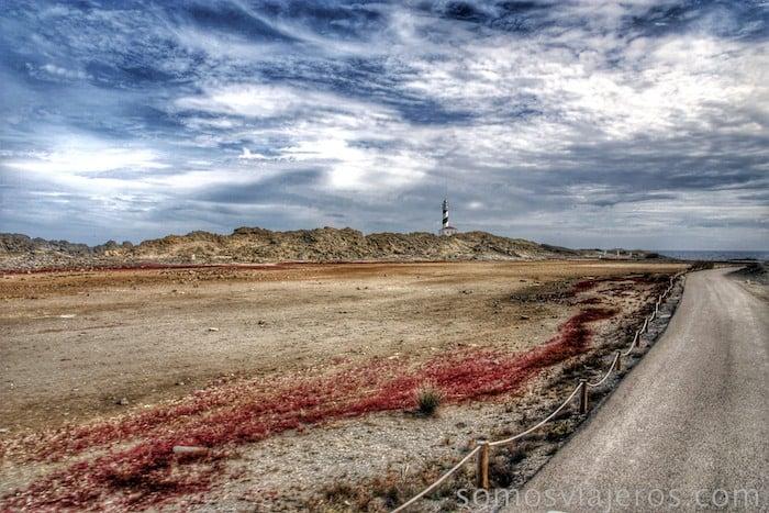 Faro de Favareitx entre tierras de colores