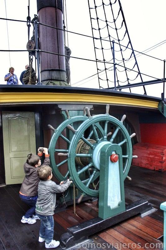 Viaje a Amsterdam. Pilotando un barco