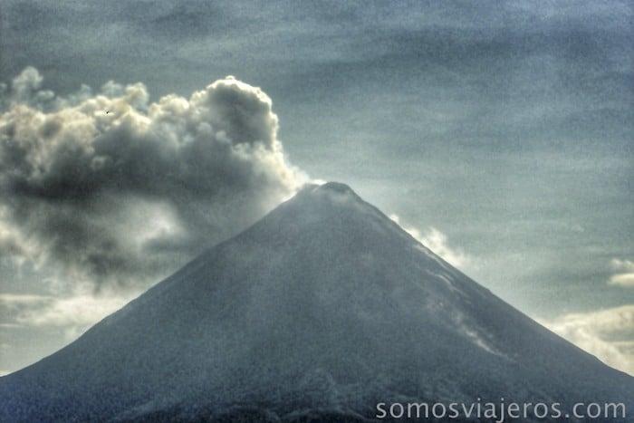 Viaje a costa Rica. Columna de humo saliendo del volcán arenal
