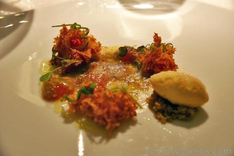 carpaccio de gamba de Palamón y texturas de pan con tomate
