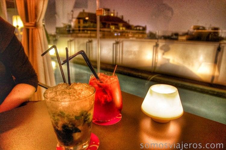 bebidas en bar terraza del hotel Cram