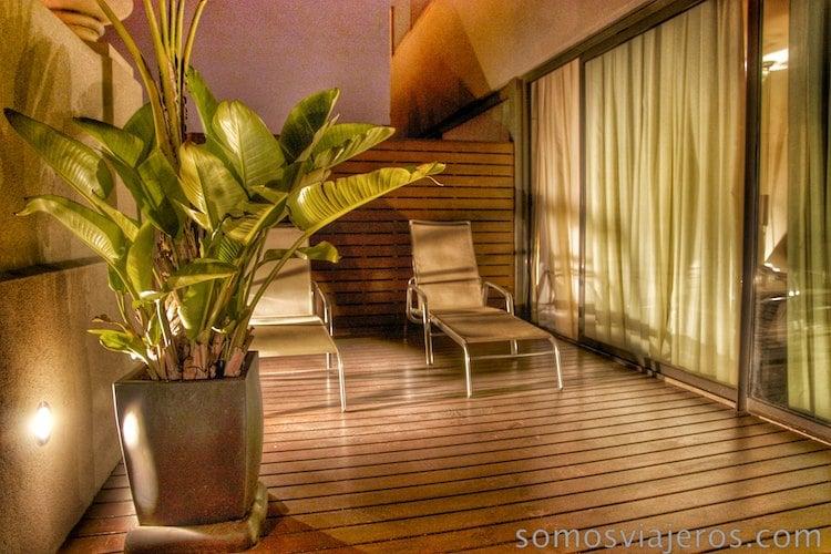 terraza de noche en Hotel Cram