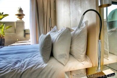 Cama con terraza al fondo en Hotel Cram