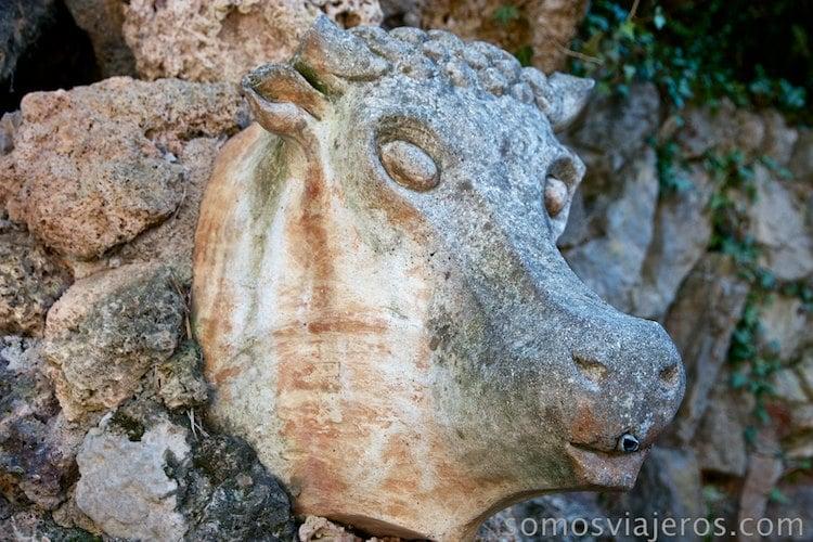 jardines de can artigas . fuente del Bou de Antoni Gaudí