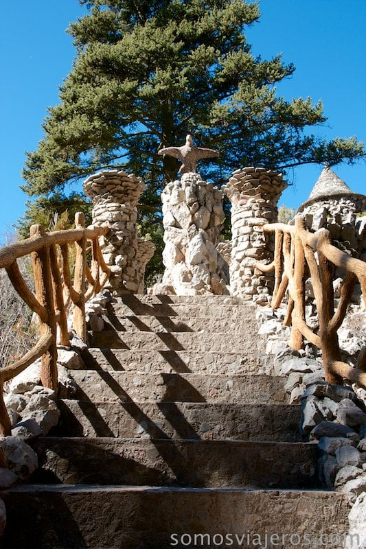 Subiendo el Arc coix de Antoni Gaudí en jardines Artigas