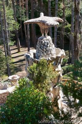 El águila de antoni Gaudí en los jardines de can Artigas