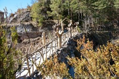 Vista puente entrada original a los jardines can artigas de antoni gaudí