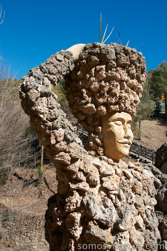 figura de hombre en los jardines de can artigas de antoni gaudí
