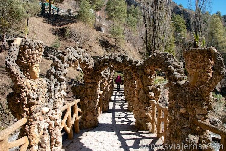 Pont dels Arcs de Antoni Gaudí en jardines can artigas