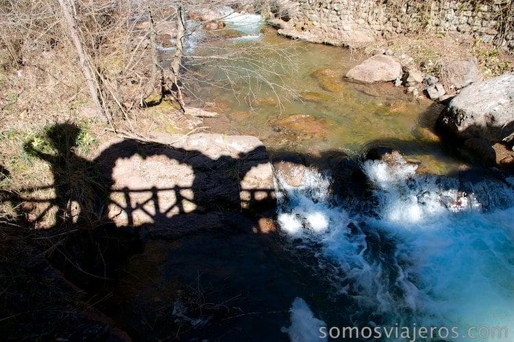 Pont dels arcs con la silueta del hombre de Antoni Gaudí y el rio
