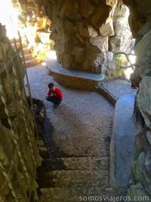 pau dentro de la gruta mirando la fuente