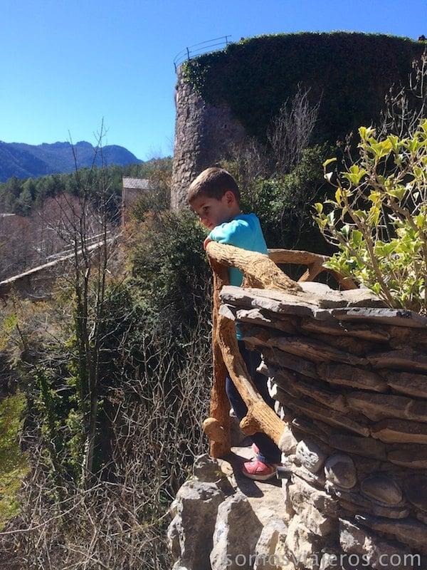 David mirando los jardines de can artigas de Antoni Gaudí