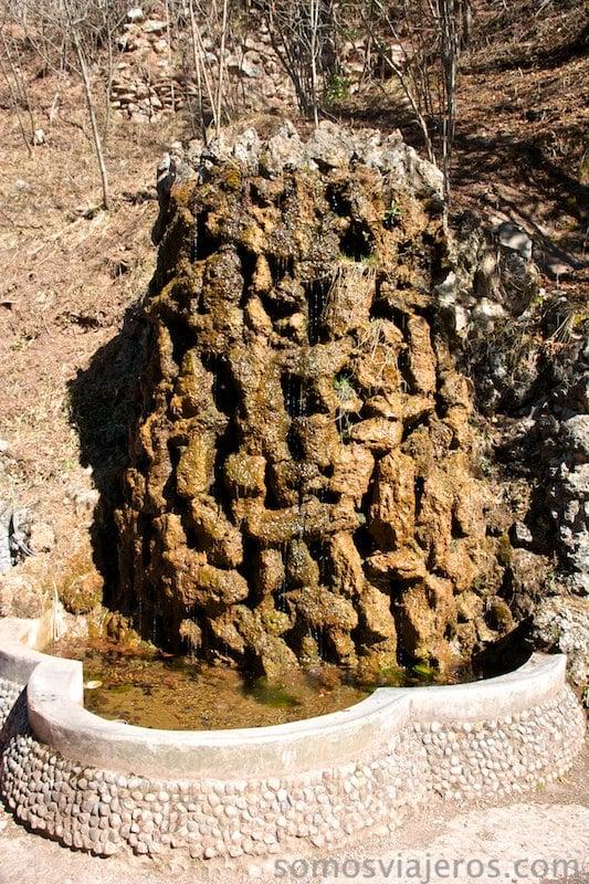 fuente de la cascada de Gaudí en jardines artigas